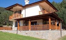 Наем на обзаведена и луксозна вила за до 10 души в местността Кастракли, Родопите. Нощувка При Езерото само за 229.90 лв.