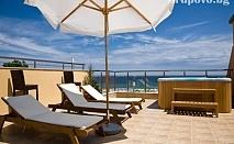 Нощувка със закуска на 20 м. от плажа в Хотел Зора, Лозенец през Септември