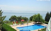 Цяло лято на ПЪРВА ЛИНИЯ с гледка към морето и нос Калиакра. Нощувка със закуска за ДВАМА + басейн в Хотел Рай, Каварна