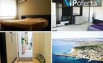 Еднодневен пакет за двама в двойна стая или трима възрастни и едно дете в студио + чадър и шезлонг на плажа в Къща за гости Съни хаус, Равда