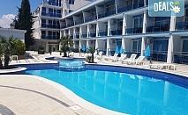 Късно лято в хотел  Хотел Ескада Бийч, Ахтопол! Нощувка със закуска, ползване на басейн и детски кът, безплатно за първо дете до 11.99 г.