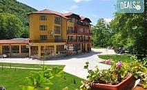 Лятна почивка в Хотел Делта 3*, Огняново! Нощувка със закуска и вечеря, ползване на открит и закрит минерален басейн, сауна, парна баня и джакузи, безплатно за дете до 5.99 г.