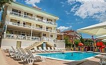 Лято на 50м. от плажа в Свети Влас! Нощувка, закуска, обяд и вечеря + басейн от хотел Панорама***