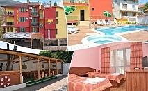 Май в Хотел Жаки, Кранево! Нощувка на човек със закуска и вечеря + отопляем външен басейн, вътрешен басейн и релакс център