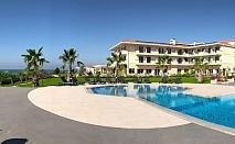 На метри от плажа с чадъри и шезлонги в Гърция - хотел King Maron за ДВЕ нощувки на човек със закуска, басейн и паркинг / 01.04.2019 - 15.05.2019
