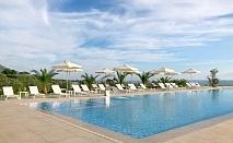 На метри от плажа с чадъри и шезлонги в Гърция - хотел King Maron за ДВЕ нощувки на човек със закуска, басейн и паркинг / 30.05.2019 - 14.06.2019
