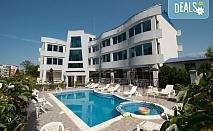 На море в Лозенец! Нощувка в апартамент със закуска или със закуска и вечеря в Семеен хотел Ариана 3*, ползване на басейн и шезлонги, безплатно настаняване на деца до 1.99г.