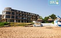 На море на първа линия в хотел Лост Сити, Черноморец! Нощувка със закуска и вечеря,бонус чаша вино или чаша бира по време на вечеря, безплатно за деца до 7.99г. , шезлонги и чадъри на плажа!