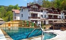 Нощувка на човек със закуска + минерален басейн и релакс зона в хотел Петрелийски
