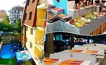 Нощувка на човек със закуска, обяд* и вечеря + басейн в семеен хотел Грийн Палас, Китен