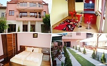 Нощувка на човек със закуска и вечеря в Семеен хотел Цветелина Палас, Долна баня
