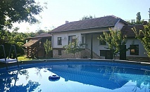 Нощувка за 12 човека + сезонен басейн, просторен двор, детски кът и барбекю в къща Край потока в Крушуна