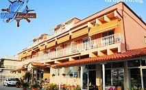 Нощувка в двойна, тройна или четворна стая на метри от плажа в хотел Villa Theodora във Фанари, Гърция!