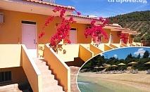 Нощувка в напълно оборудвана самостоятелна къщичка за до четирима на 100 метра от плажа с безплатни чадъри и шезлонги - комплекс Red Coral, Ситония, Гърция!