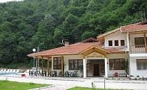 Нощувка в самостоятелни къщички за 8 човека + басейн в Комплекс Орлова скала край Етрополе - с. Лопян