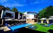 Нощувка със закуска за четирима в апартамент + външен минерален басейн в Къщи за гости Релакс, Огняново