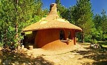 Нощувка със закуска за двама в къщичка направена от камък, глина и дърво в Еко селище Омая, Лещен