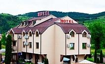 Нощувка със закуска или със закуска и вечеря на човек в хотел Найс, Симитли