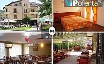 Пакети със закуски и вечери, една от които празнична + ползване на закрит минерален басейн в хотел Елит, Девин