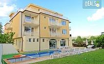 Почивайте в Хотел Сага в Равда, само на 100 метра от плажа! Нощувка със закуска и вечеря или закуска, обяд и вечеря, безплатно настаняване за деца до 2.99г., ползване на външен басейн със зона за деца и шезлонг