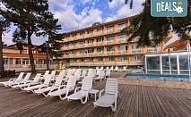Почивайте през август или септември в Балнеохотел Аура 3*, Велинград! Нощувка със закуска и вечеря, ползване на уелнес пакет - 2 закрити и 1 открит минерален басейн, контрастен басейн, сауна, парна баня и тропически душ