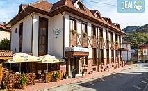 Почивка през лятото в Хотел Тетевен в Тетевен! Нощувка със закуска и вечеря или закуска, обяд и вечеря, ползване на сауна, джакузи и басейн, безплатно за дете до 6.99г.