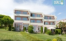 Ранни записвания за море в Свети Влас, Хотел Rainbow Houses! Нощувка на 30 м. от плажа в двойна стая или студио, безплатно за дете до 13.99 г.