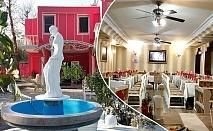 Свети Валентин в хотел Афродита, Димитровград! Нощувка на човек със закуска и вечеря, бутилка вино и сауна