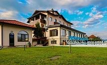 Уикенд в хотел Никол, Долна баня! Нощувка със закуска за двама, трима или четирима + външен минерален басейн