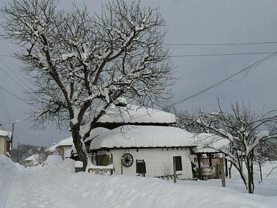 Нощувка за 6, 11 или 17 човека + лятно джакузи и механа във Власковските къщи - с. Орешак, край Троян