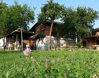 Нощувка за 4, 8 или 12 човека + механа във Власковските къщи - с. Орешак, край Троян